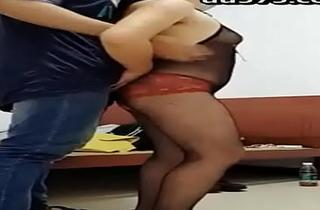 湘妹子少妇主播晚上勾引个没啥性经验的眼镜大学生小哥去他宿舍嗨呦被她坐在上面摇几下就射了