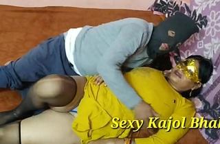 (हिंदी में करवा चौथ स्पेशल) महिला करवा चौथ व्रत के बाद पति के ना होने पर खटिया के मचवे को  चूत में पूरा ले लिया